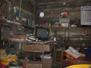 Alle HAbseligkeiten der 6 koepfigen Familie, die sich seit dem Tsunami angesammelt haben, sind in dieser Ecke