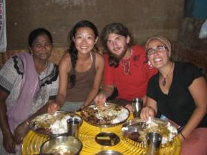 ...Hmm das Essen ist super aber scharf - natuerlich essen wir mit den HAenden :-)