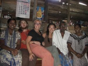 Alle zusammen - links von Alex die juengste Tochter der FAmilie, rechts von Maya Vater und Mutter
