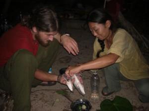 ...dann werden die Fische vorbereitet - bei nur einer Kochflamme muss alles genau geplant werden bei einem mehrgaengigem Menu...