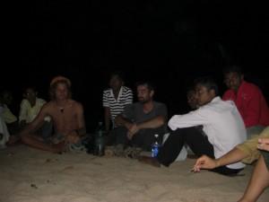 Immer wieder setzten sich Einheimische und die anderen Touristen zu uns ans Feuer