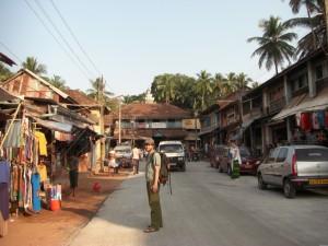 Ein erster Bummel ueber die Hauptstrasse von Gokarna im Abendlicht