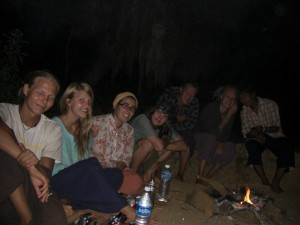 Schnell schliessen wir nette Bekanntschaften - zB 4 Freunde aus Finnland mit denen wir deren letzte Nacht am Strand am Lagerfeuer verbringen