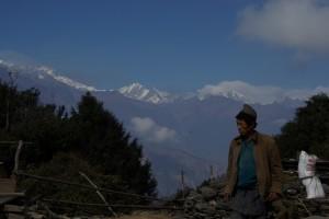 Der Weg wird hauptsaechlich von Einheimischen benuetzt, denen wir immer wieder begegnen - hier an einem wunderschoenen Aussichtspunkt auf den Manaslu und den Ganesh Himal
