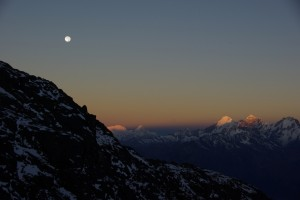 Die Sonne geht langsam auf und beleuchtet die umliegenen Bergspitzen