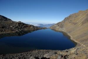 Der groesste See von Gosaikunda glaenzt in der Morgensonne wie ein Spiegel