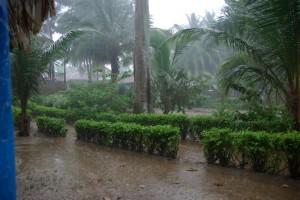 ...dann ziehen wir uns schnell in unsere palmzweiggedeckte Bambushuette zurueck - erstaunlicherweise kommt kein Tropfen Regen durch das Blaetterdach