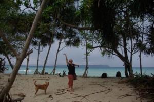 Der Blick von unserer BAmbushuette aufs Meer - DAni gefaellts sichtlich :-)
