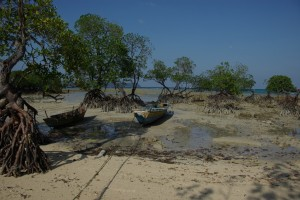 ...die manchmal von den Fischern auch als Schutz fuer ihre Boote verwendet werden - hier natuerlich bei Ebbe