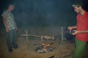...die Huehner roesten am Feuer am Strand
