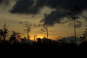 Wunderschoener Sonnenuntergang am Weg vom Dorf zu unserem Zeltplatz
