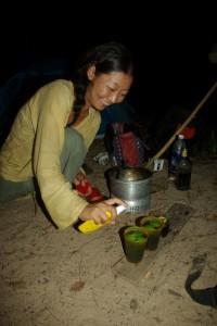 ...Maya, als Ex Barbedienung kuemmert sich um die Getraenke :-)