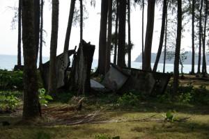 Passt nicht ins PAradies, ist aber hier Teil davon - umgespuelte, betonierte Klohaeuser eines ehemaligen Strandresorts als Reste der Zerstoerung durch den Tsunami. Viele Menschen fanden auf der Insel den Tod durch die Welle