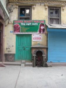 ...und wo man auch hinsieht sind kleinere oder groessere Hinduheiligtuemer...