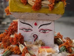 ..um die grosse Stupa findet man viele Kleine teilweise geschmueckt mit Blumenkraenzen