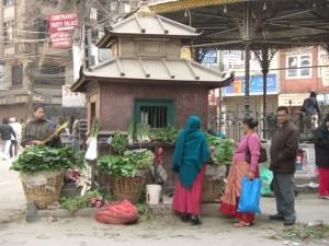 ...in der Mitte eines Kreisverkehrs bei einem kleinen Hindutempel wird Gemuese verkauft...