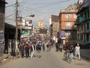 alle sind zu Fuss unterwegs...die sonst recht laermenden und oft stoerenden Autos haben heute mal Nichts zu suchen auf der Strasse...man lernt Kathmandu so ganz anders kennen