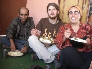 am Boden sitzend essen wir unser letztes Dal Baht in Nepal - supergut!