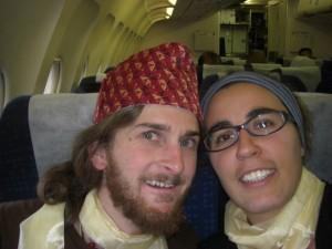 mit nepalesischer Kappe (Alex) und den nepalesischen Gluecksschleifen ausgestattet gehts im Air Indiaflieger Richtung Indien...