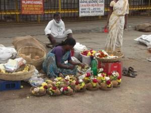 typische Opfergaben kann man sich noch vor dem Tempel kaufen