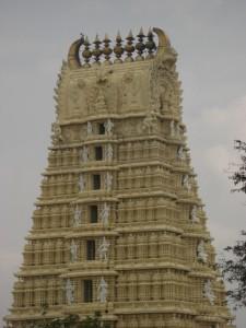 das ist die typische Form der meisten Tempel in Karnataka