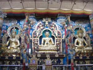 Buddhastatuen im Inneren des Klosters