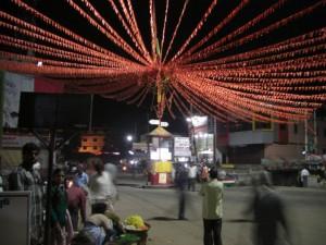 netter Strassenschmuck im kleinen Ort Kushalnagar, viel war hier abends nicht los :-)