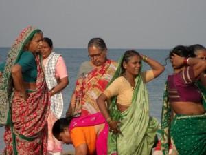 wunderschoen die farbigen und farblich gut uebereinstimmenden Sarees der Frauen