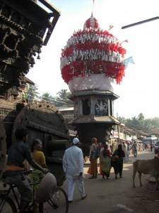 Am Weg noch die grossen Umzugswagen eines Hindupilgerfestes