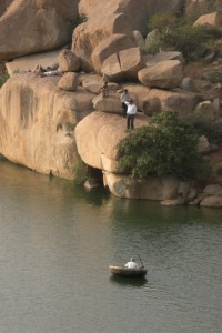 Mit den runden Booten ueber den See zu rudern ist ein beliebtes Freizeitvergnuegen