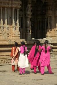 Der Kontrast der eigenwilligen Sareekompositionen der jungen Inderinnen zu den alten Tempeln ist super