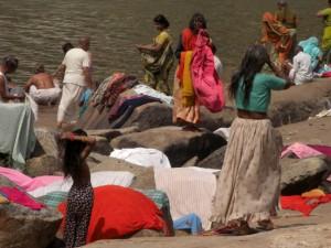 Mann und Frau Pilger waschen sich durcheinandergemischt vor dem Tempelbesuch im Fluss um auch wirklich -rein- zu sein
