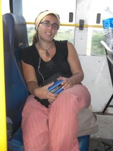 Wir machens uns mit Buch und Musikplayer im Bus gemuetlich