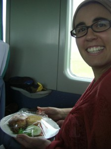 Daaas ist Luxus - dani freut sich ueber das gute Essen im Zug