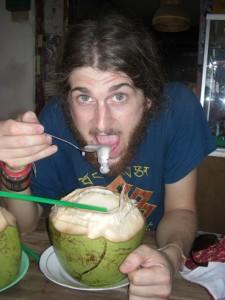 ...dann das junge, weiche Kokosfleisch ausloeffeln...herrlich!!