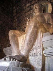 Der Menduttempel ist wegen der grossen Buddhastatue bekannt - dieser beeindruckende Koloss ist ausnahmsweise nicht in Meditationshaltung