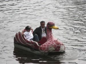 ...asiatischer Hochgenuss - wenn der Vater mit dem Sohne im Schwanentretboot :-)