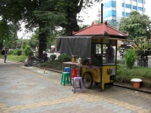 Wie ueberall in Indonesien auch in Solo die Strassenkuechen. Ein Wagen, ein Kerosinkocher, 3 Plastikstuehle, matten direkt am Boden und wunderbares Essen