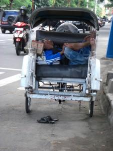 ...bei so einer anstrengenden Arbeit ist ein Mittagspaeuschen legitim - die Asiaten schlafen ueberall und in jeder Position :-)
