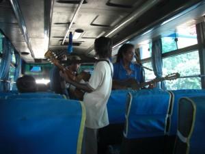 Auf der langen Busreise sorgen immer wieder Musikgruppen mit einem Staendchen fuer Abwechslung - sehr stimmungsvoll.
