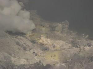 Gearbeitet wird direkt an den Schwefelquellen am See im Krater. Das WAsser hat uebrigens einen ph Wert von 0.5 - pure Saeure