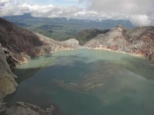 Der Blick von oben auf den lebensfeindlichen See ist einzigartig...