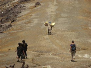 Die 80kg schwere Schwefelsulfatladung wird geschultert und den Vulkankrater herabgetragen