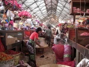Ein kurzer Abstecher in den Markt von Surabaya - hier die Zwiebelstrasse...
