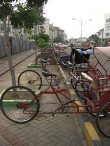 Auch in der Grossstadt funktioniert der oeffentliche Transport hauptsaechlich mit Fahrradrikscha (Becak)