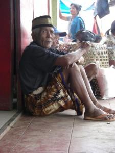 ...die Torajas sind sehr stolz, aber verstohlene Blicke auf uns Touristen können sie sich nicht verkneifen ;-)