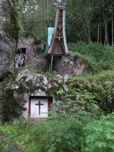 ...wunderschön und vor allem an Orten mit atemberaubenden Ausblick, die weltberühmten Grabstätten der Torajas