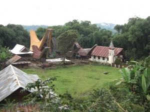 ...der Dorfplatz mit Kirche - die Torajas sind interessanterweise, trotz ihrer Begräbnisriten und sehr traditionellen Vorstellungen vom Leben nach dem Tod erzkatholisch
