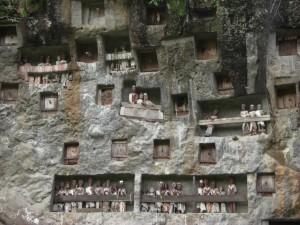 Ein Ausflug am nächsten Tag brachte uns zu einer großen Grabstätte mit den Tau-taus, den Ahnen der Toten als Püppchen dargestellt, die denen den Eingang ins Paradies erleichtern sollen