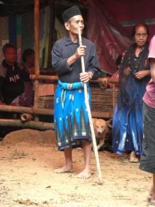 Uns faszinieren die Torajas in ihren bunten Kleidern